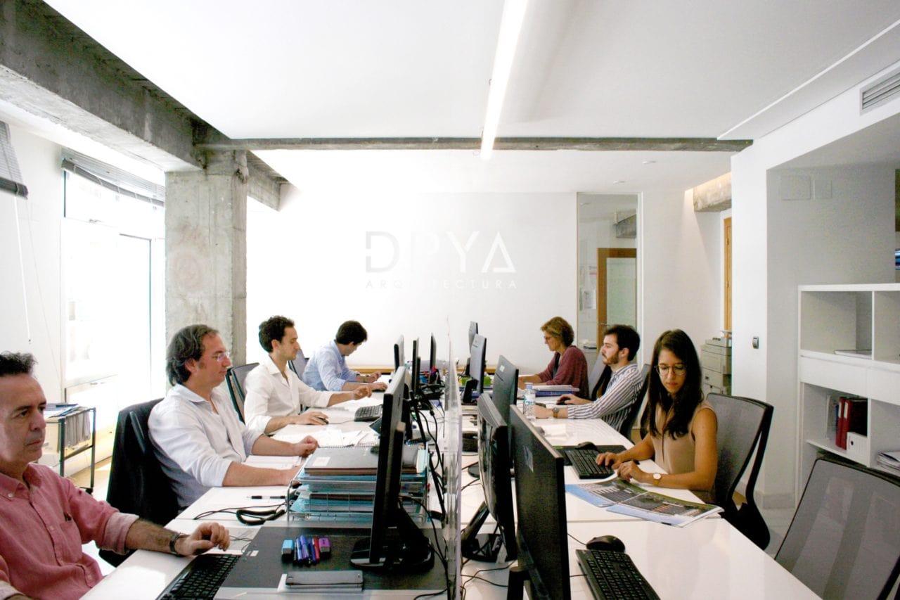 Varios miembros del equipo DPYA Arquitectura en sus puestos de trabajo