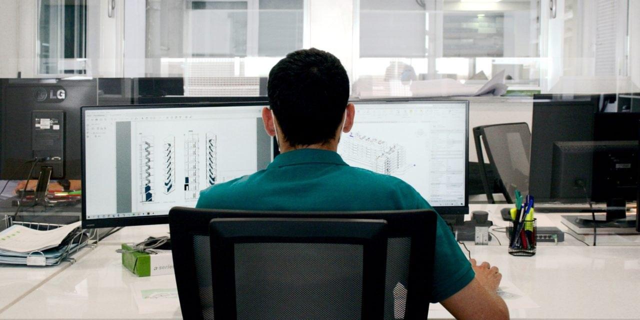 Persona trabajando en el ordenador