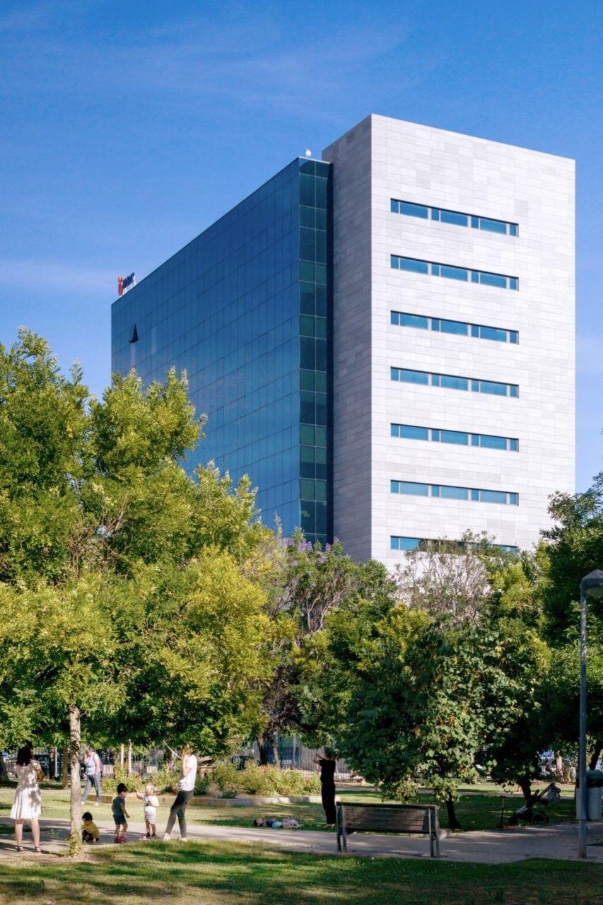Vista lateral del edificio de oficinas Insur Sevilla
