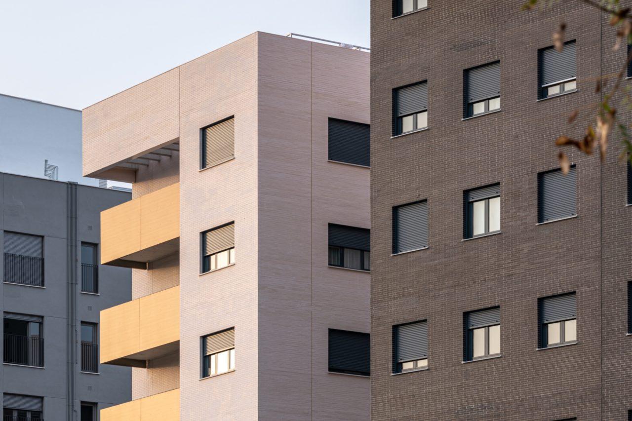 Detalle de la fachada de ladrillo de uno de los conjuntos residenciales de DPYA