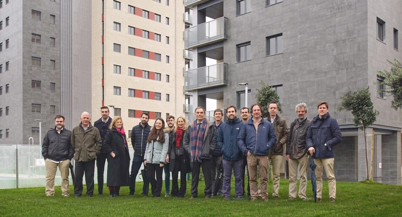 Foto de grupo del equipo de DPYA Arquitectura visitando Residencial Pineda Parque