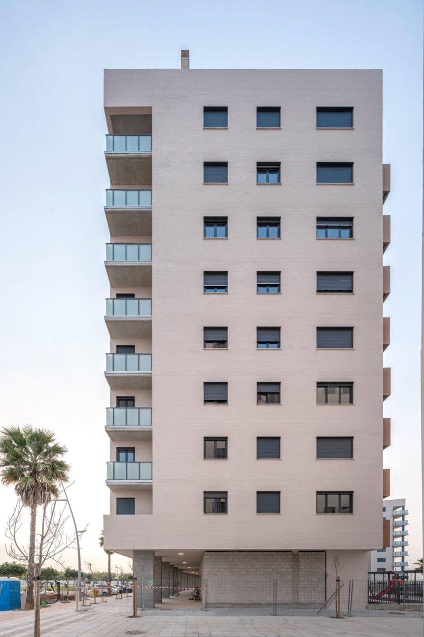 Vista de un lateral del edificio con las terrazas en esquina