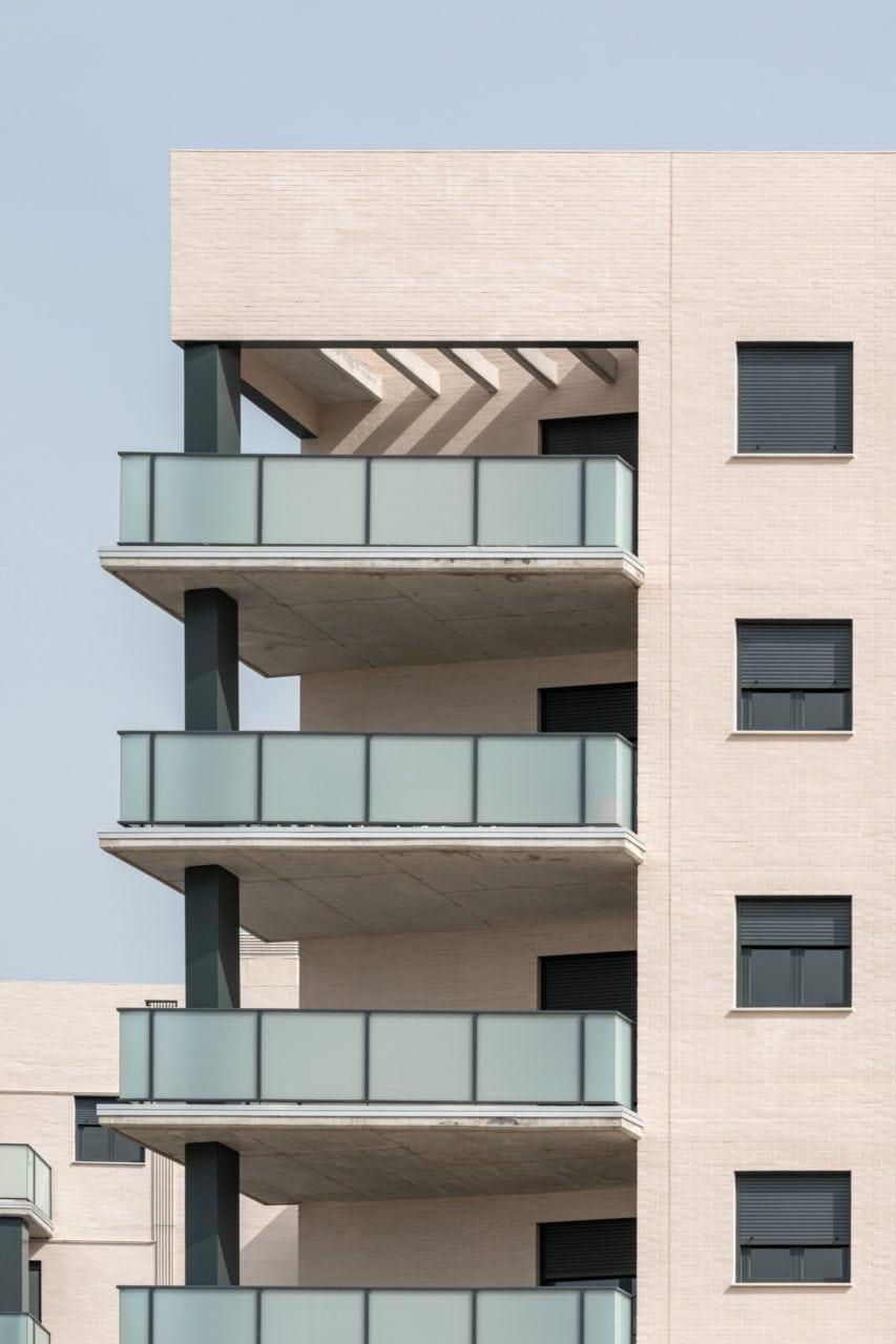 Detalle de las terrazas en las plantas superiores de una de las esquinas
