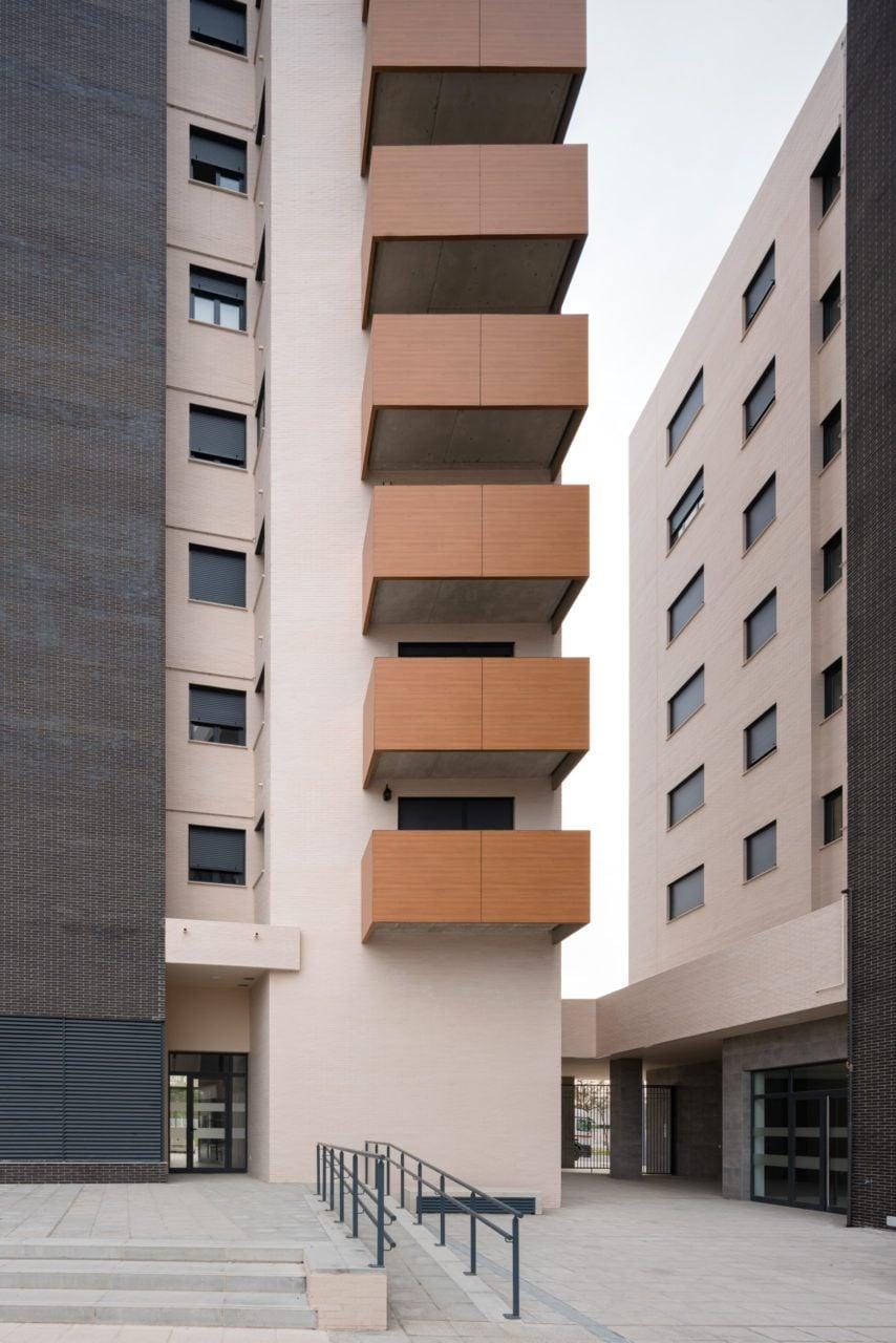 Detalle de las terrazas desde el interior del complejo