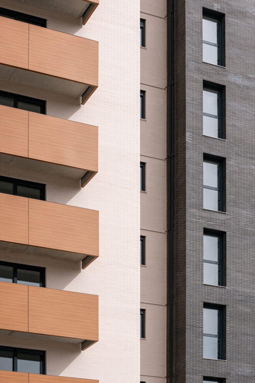 Detalle de acabados en fachada con ladrillo cara vista claro y porcelánico oscuro