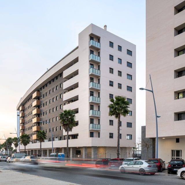 Vista en diagonal del proyecto residencial Hermes desde el bulevar Manuel Clavero Arévalo