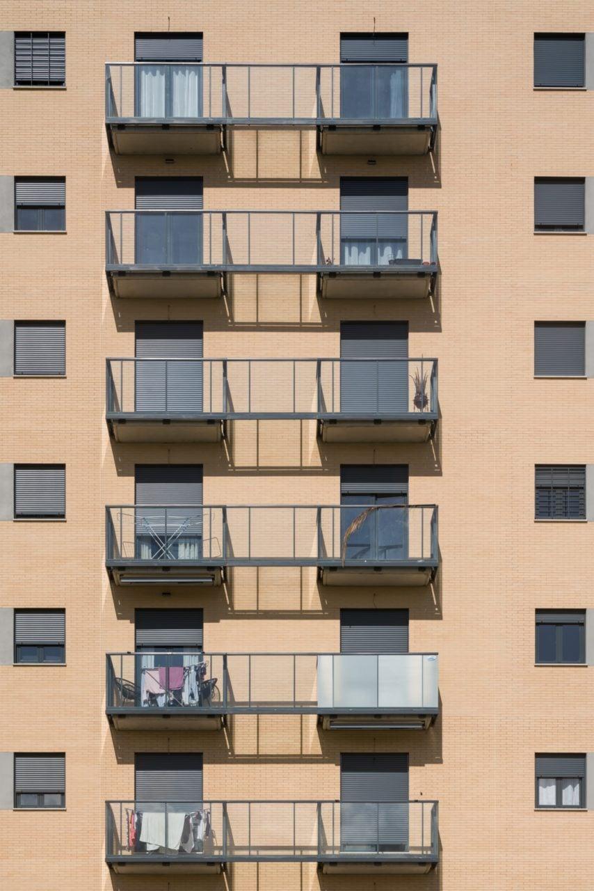 Detalle de las terrazas de vidrio del Residencial Santa Bárbara
