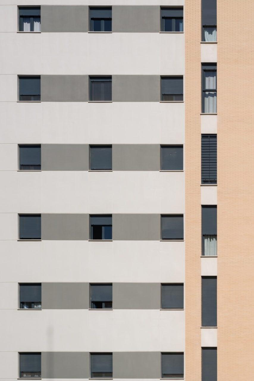 Detalle de las ventanas en una de las fachadas del edificio