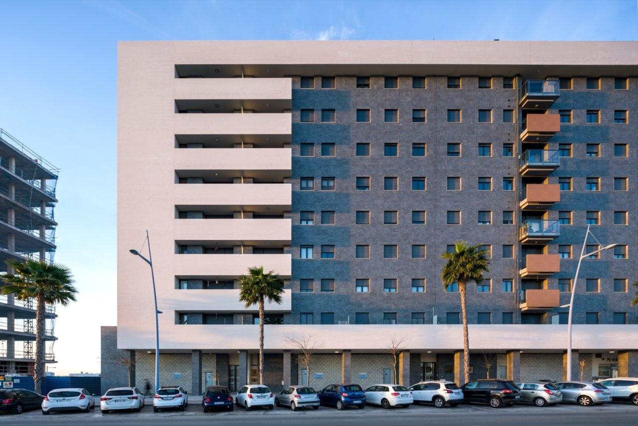Vista frontal del edificio Arquímedes en donde se aprecian los diferentes materiales y colores
