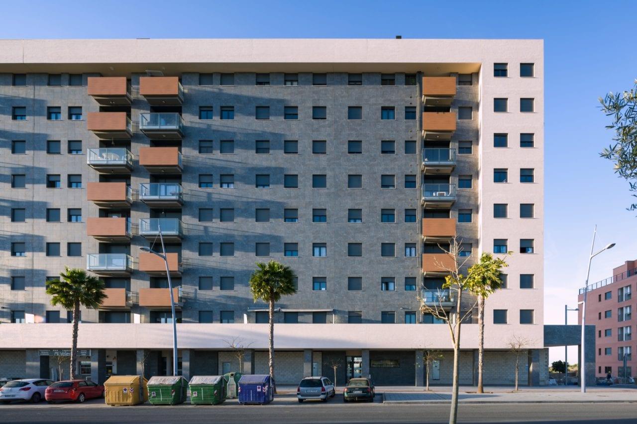 Vista de la fachada principal con los juegos de volúmenes de las terrazas de vidrio y acabado fenólico