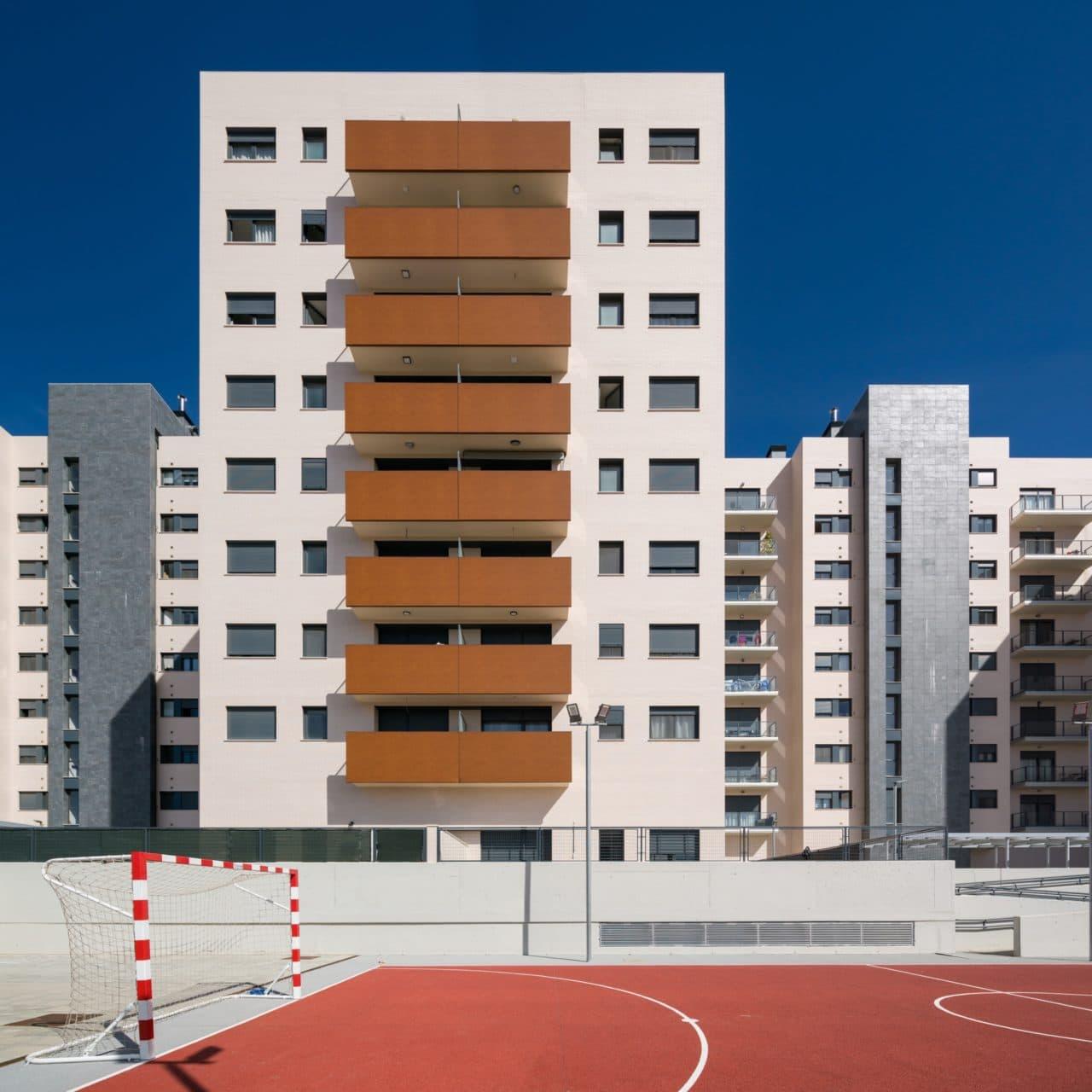 Detalle de la facha desde los espacios interiores de la urbanización